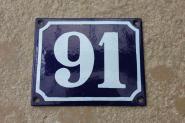 Historische Emaille-Hausnummer 91 in Weiß, gewölbt, 12 x 10 cm