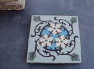 Bodenfliese aus der Zeit des Jugendstils