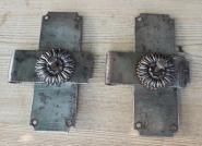 Zwei alte, schlichte Türbänder
