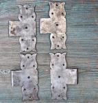 Vier schlichte Kreuzbänder aus Eisen