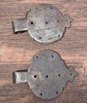 Zwei große, alte Schippenbänder aus Eisen