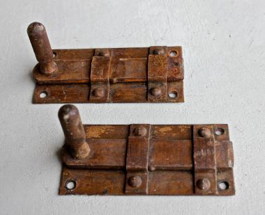 Paar kleine, alte Schließriegel aus Eisen
