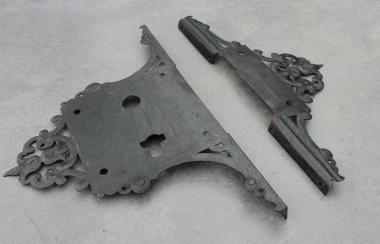 Zwei alte Eisenzierbeschläge