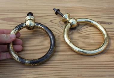 Paar große Ziehgriffe in Ringform aus Messing