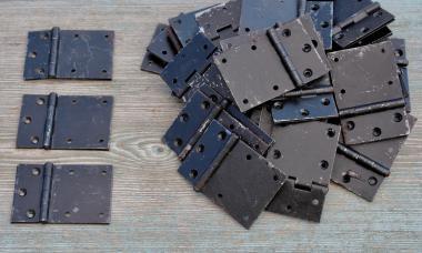 Asymmetrische alte Eisenscharniere