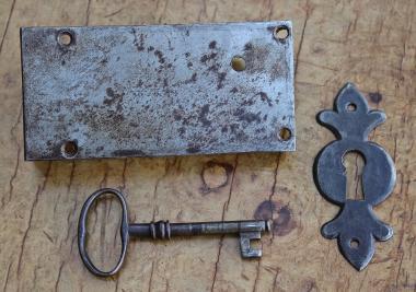 Altes Schubladenschloß mit Schlüssel und Schild, um 1850