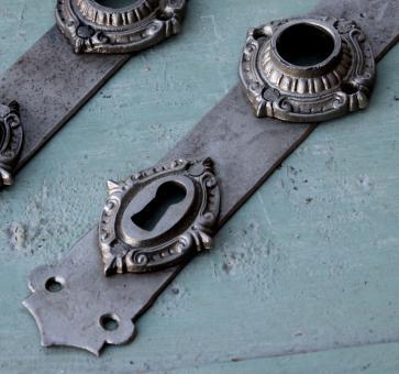 Vernickelte Eisen-Türschilder aus dem Historismus