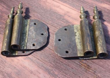 Zwei große, alte Fitschenbänder