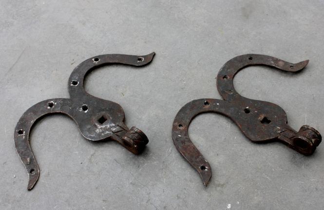 1 Paar barocke Eisenbänder