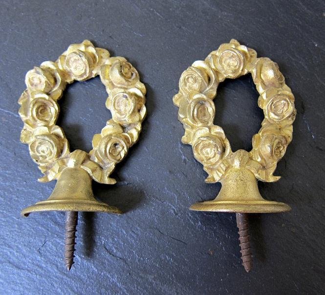 Zwei Zieraufsätze mit Rosen