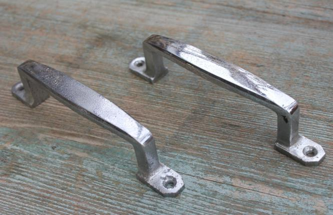 Zwei alte, verchromte Ziehgriffe