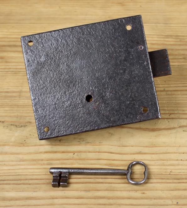 Einfaches Riegelschloss mit Schlüssel, um 1860