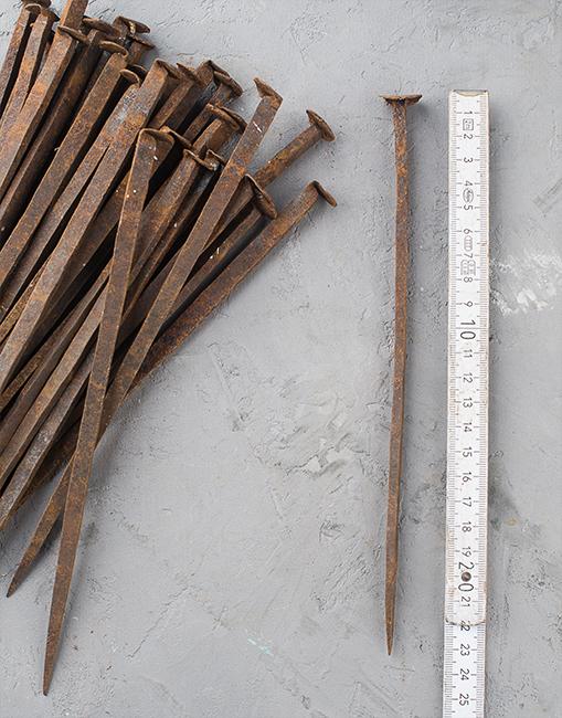 Sehr lange alte Schmiedenägel, 23 cm