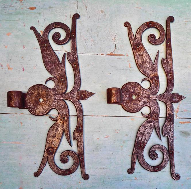 1 Paar alte, barocke Schlangenbänder