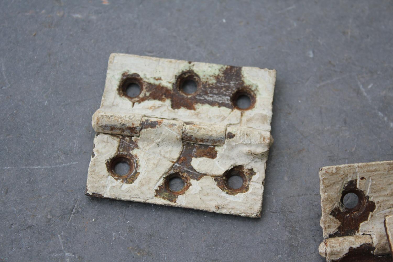 historische kleinteile | alte scharniere mit farbresten | online kaufen